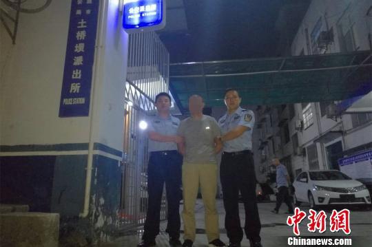 湖北民警追捕嫌犯遇其送孙高考延迟5小时抓获(图)